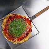 熱々の鉄板で堪能する「広島お好み焼き」