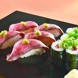 仙台牛寿司。自家製ローストビーフの握りと巻物を用意しました