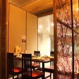 【個室・テーブル】 ガラス張りで外の景色が見えるお部屋もございます。数に限りがありますのでお早目に