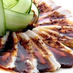蒸し豚肉の薄切りニンニクソースがけ