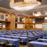 【プレミアホール】天井高8.3m、 最大1000名収容可能、長崎随一の広さを持つ大宴会場