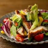 ドイツ名物「シュニッツェル」をカットして新鮮野菜と合わせた「Shake it!シュニッツェルサラダ」。ドイツの家庭でもよく作られるポピュラーなサラダをぜひお試しください。