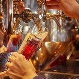 """ドイツビールの美味しさを決めるのは、繊細なアロマや深みを感じられる""""適温""""ときめ細やかな""""泡""""。当店では特別な研修を経たビアテンダーが、銘柄ごと適切なガス圧と温度を徹底。ドイツの伝統『三度注ぎ』で最も美味しく飲める泡のバランスを作り上げ、個性豊かな風味を最大限に引き出します。"""