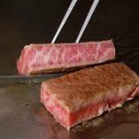 特選黒毛和牛A-5を目の前で豪快に焼く鉄板焼きは贅沢の極み。