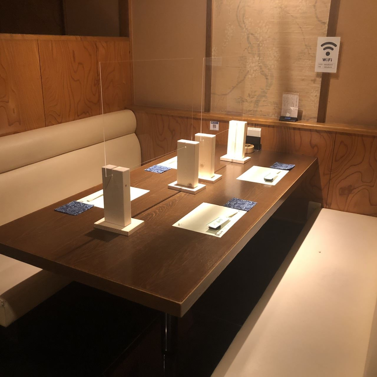 1階席は取り外しが可能な、アクリル板を設置しております。