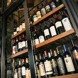 高さ約3m!ワインセラーには世界各国のワインが並びます