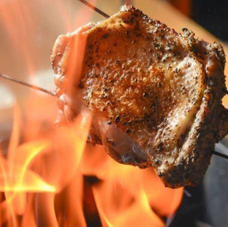 名物もも焼き 藁と鶏油で香ばしく焼き上げます!