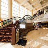 フロント階から大きな階段を降りると、開放的な店内を見渡せます