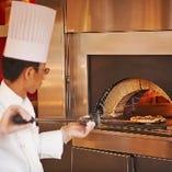 ピザ窯で焼き上げるアツアツのピザは絶品!