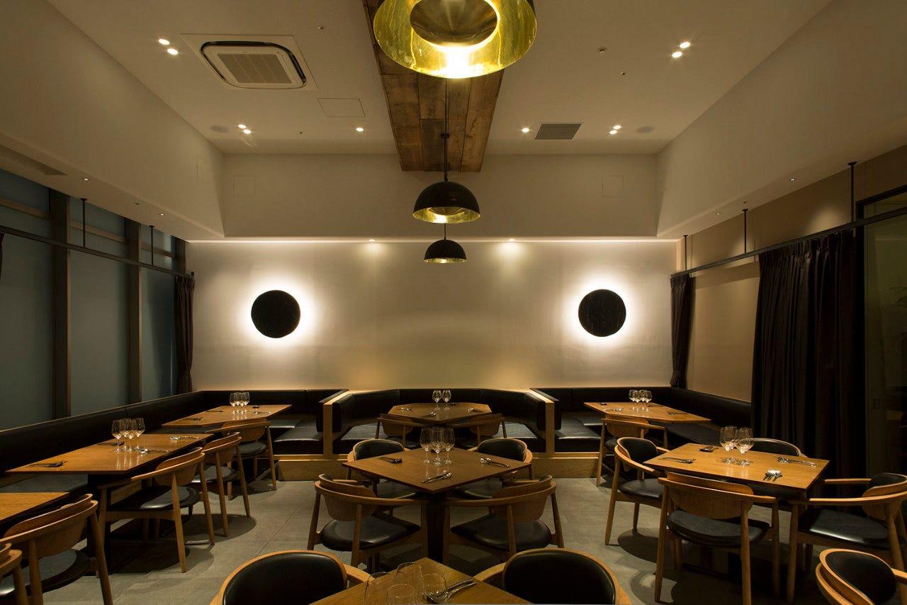 デザイナーズ空間でロマンチックな食事