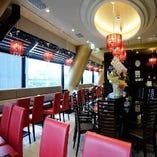 外の景色が一望できるレストラン席!個室宴会場も完備