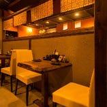 お二人様向けのテーブル席は、お友達とのお食事、デートにもぴったりです。向かい合って、会津の地酒と馬刺しでしっぽり。楽しい時間をお過ごしください。