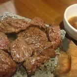 牛ハラミの溶岩焼き。肉好きにはたまらない一品です。おろしタレでいくらでもペロリと食べれます。