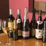 豊富な種類のワインを取り揃え。料理とご一緒にどうぞ。