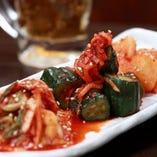 焼肉には必須の白菜・キュウリ・大根が入ったキムチ3種盛り