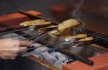 お客様のお好みの酒粕漬を板前が炭火で焼き上げます