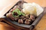 いちおしの名物料理。神楽とりもも炭火焼1500円(1575円)