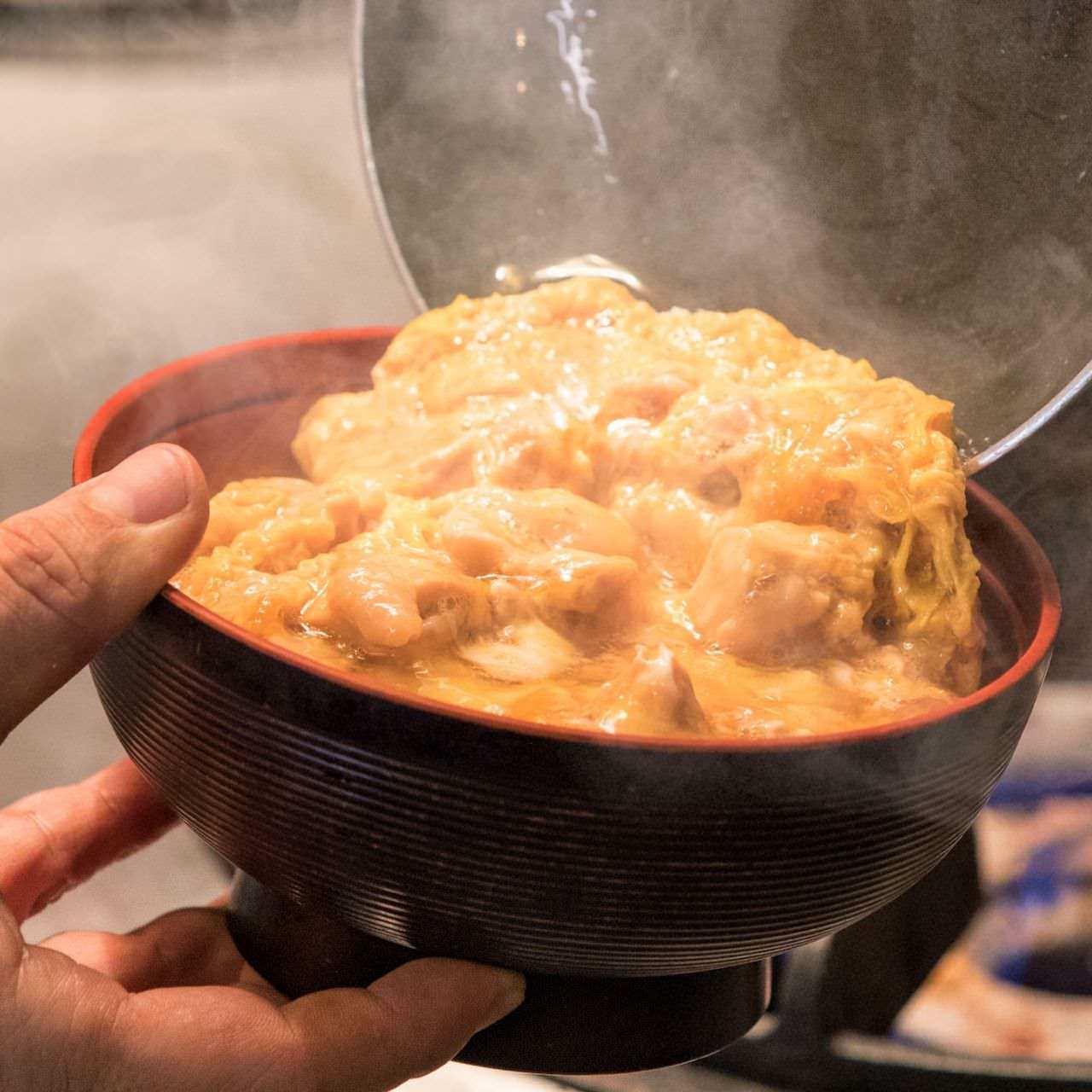 親子丼。熱々でとろとろの卵に出汁がきいて絶品の一品。