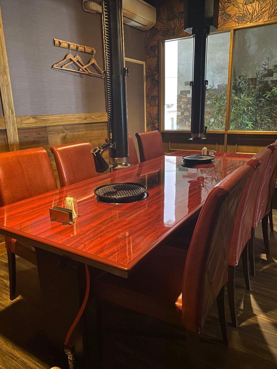 接待などにおすすめの個室。人気の席のためご予約はお早目に。
