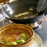 丁寧に下処理されたフカヒレを、極上のスープでじっくりと煮込みます。