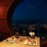 広がる上層階から見える夜景が、食事に彩りを添えてくれます。