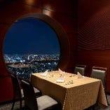 【テーブル席・2~40名様】 大きな丸窓でどこのお席からも景色をお楽しみいただけます
