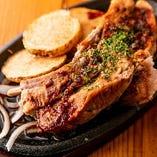 知る人ぞ知る当店の名物料理、肉厚とろとろスペアリブ