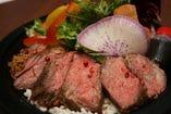 特選牛赤身肉のステーキ丼スタイル