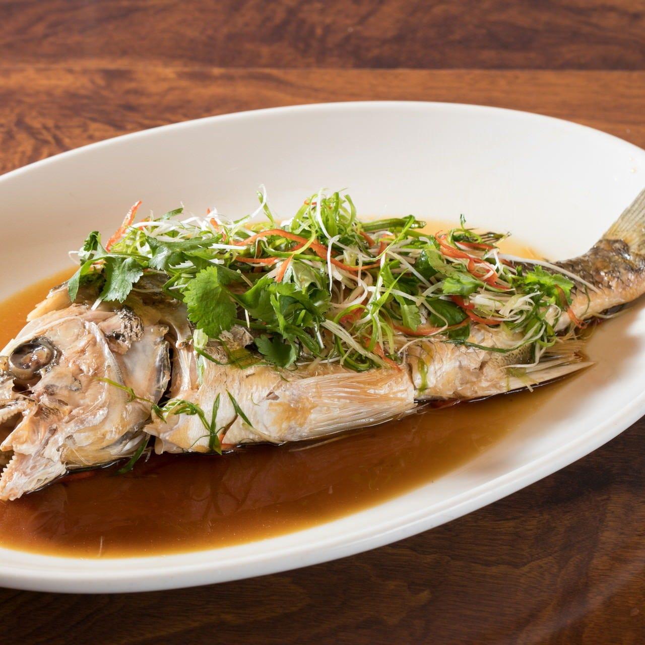 旬の鮮魚も堪能できます。中華風の味付けをお楽しみください