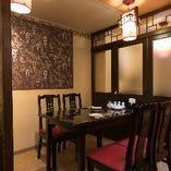 【半個室席/2名様×6室、4名様×3室】本場香港の雰囲気を味わえるくつろぎの空間