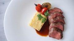 牛肉のステーキ ローマ風ニョッキ添え ローストガーリックソース