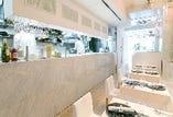 シャンデリアとシンプルな白のインテリアで清潔感と明るさを重視した店内
