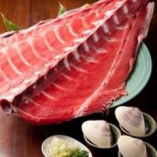 生で入荷の天然の鮪中落ちは蛤の貝で取って食べます(要予約)
