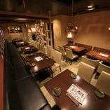 2階は大勢のお客様にもご対応可能なフロアとなっており、25名様から最大40名様でのフロア貸切宴会もお愉しみいただけます。