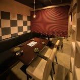 2階入り口側12席は、4名様テーブル毎に仕切れる赤いブラインドを備えており、半個室としてご利用いただけます。