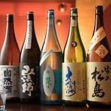 日本酒は、レギュラーメニューの他に店主自ら厳選した6本を常時ご用意しています。一升瓶で1本ずつ仕入れ、無くなり次第入れ替えるという、季節や希少性を大切にした物ばかりです。知名度や酒蔵の大小に捉われず旨いと感じた日本酒を選んでいます。