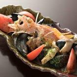魚と貝から出るダシが決めての『カサゴとムール貝の酒蒸し』など、魚介料理も豊富にご提供しています。