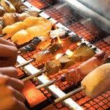 魚串は、表面を高い火力で芳ばしく仕上げ、中にふっくらと旨味をとじ込めた串焼きです。ご注文をいただいてから1本単位で焼き上げます。