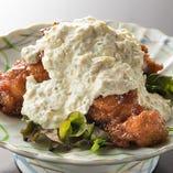 しっかりとした肉質ながらフワッとした食感のメカジキは揚げ物にしても美味。『メカジキのチキン南蛮風』など、当店は、仕入れた魚の特徴を活かした創作料理にも力を入れています。