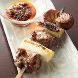 焼くことでお肉のような味わいになる『まぐろ頭肉のねぎま串』には、自家製ラー油を添えて。そのままでも絶品ですが、ラー油を乗せればピリッとまた別の味わいになります。