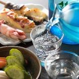 好みのお酒に合わせ、お好きな魚串や刺身を単品で選び、晩酌を愉しむ。そんな過ごされ方も当店は大歓迎です。1階はお一人様にも嬉しいカウンター席です。
