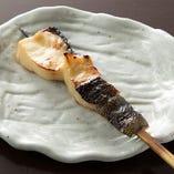 小骨などを取り除き、西京味噌に漬け込んで、丁寧に下処理した『銀だら西京串』は、お替わりする方もいるほどです。手間暇かけて一本ずつ仕込んでいます。