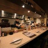 カウンター席では、その日のおすすめ料理を店主やスタッフに相談しながら、今日ならではの逸品を愉しむこともできます。