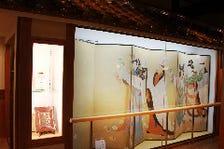 目黒雅叙園旧蔵の屏風や壺などの装飾品をお楽しみいただけます。