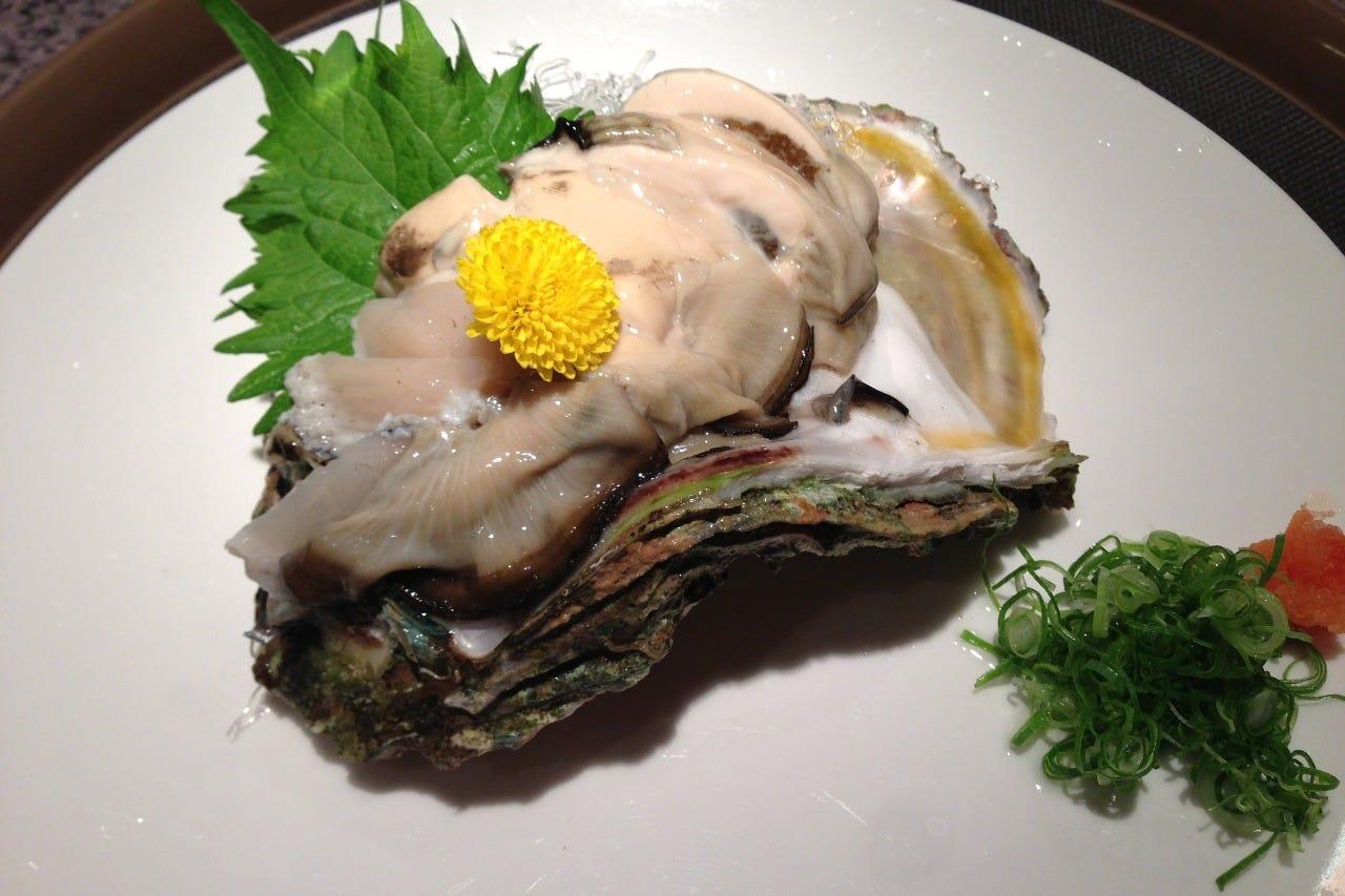 夏が旬の美味しい岩牡蠣も連日入荷中
