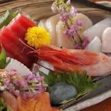 「お造り盛り合わせ」新鮮な魚介の旨みをご堪能ください。