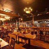 洋風な雰囲気の店内では広々としたお席でゆったりくつろげます