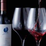 世界各地のワインをお客さまの好みやお料理に合わせてどうぞ。