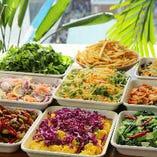 パクチーや青パパイヤのサラダなどエスニックなタパスが充実!