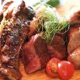 お肉グリル3種盛り(スペアリブ・生ソーセージ・黒毛和牛イチボ)